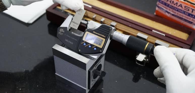 Sử dụng căn mẫu chuẩn với Digital Micrometer